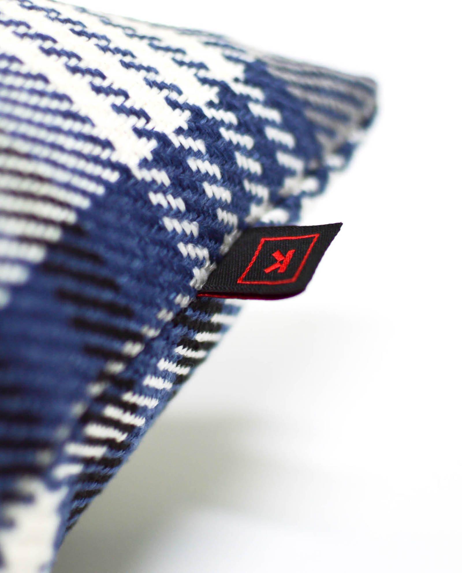 almofada azul com padrão