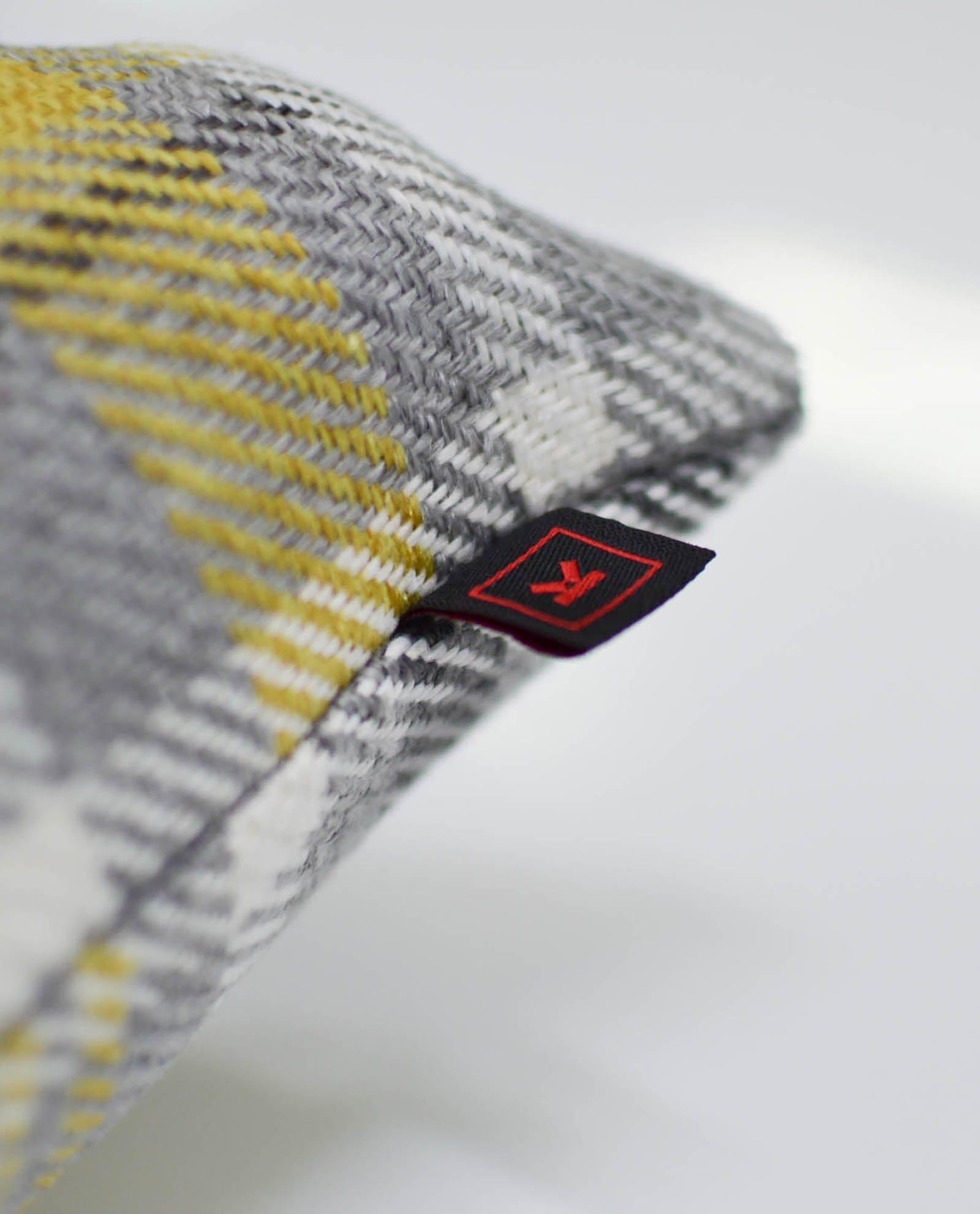 almofada com padrão amarelo