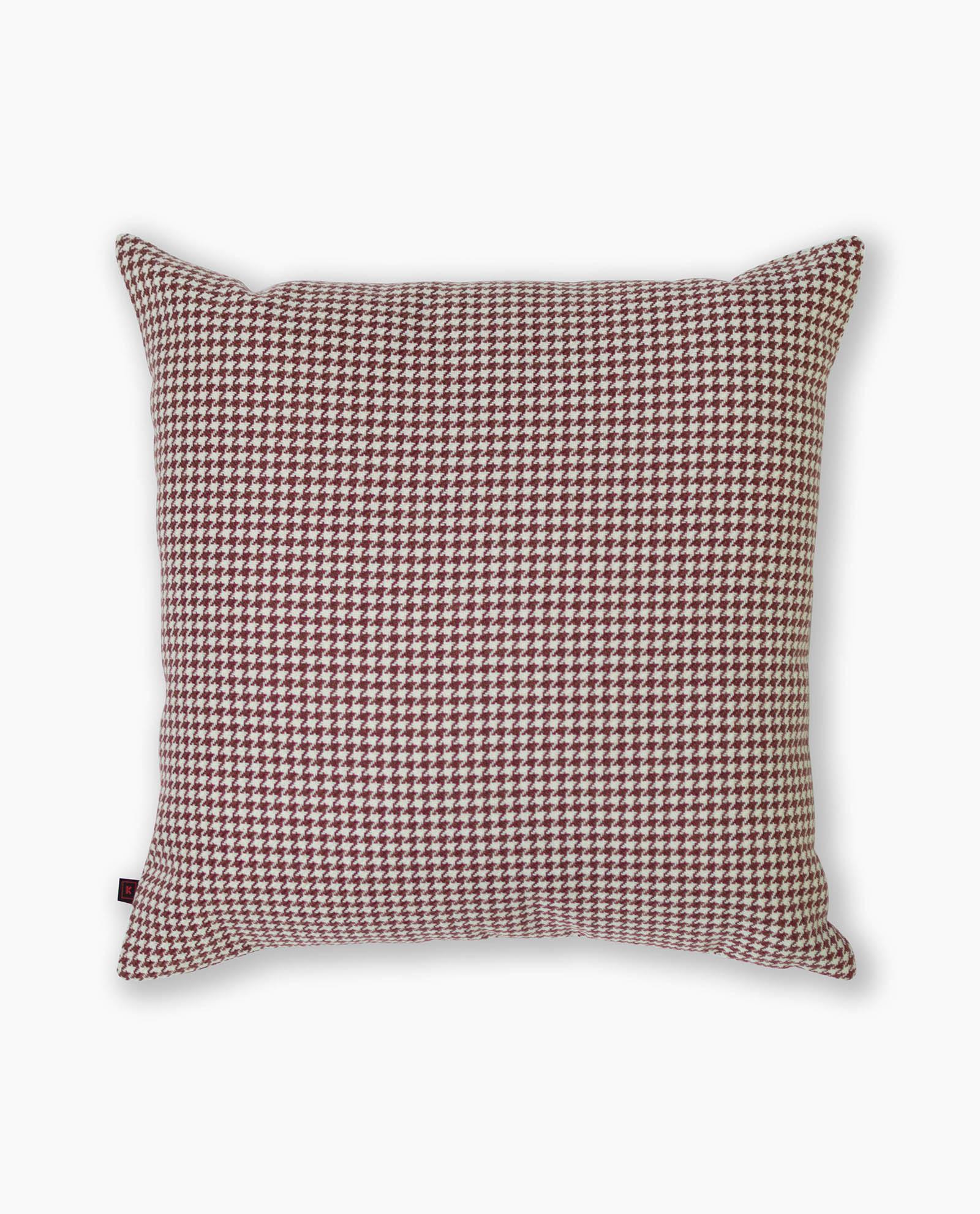 almofada decorativa em padrão vermelho
