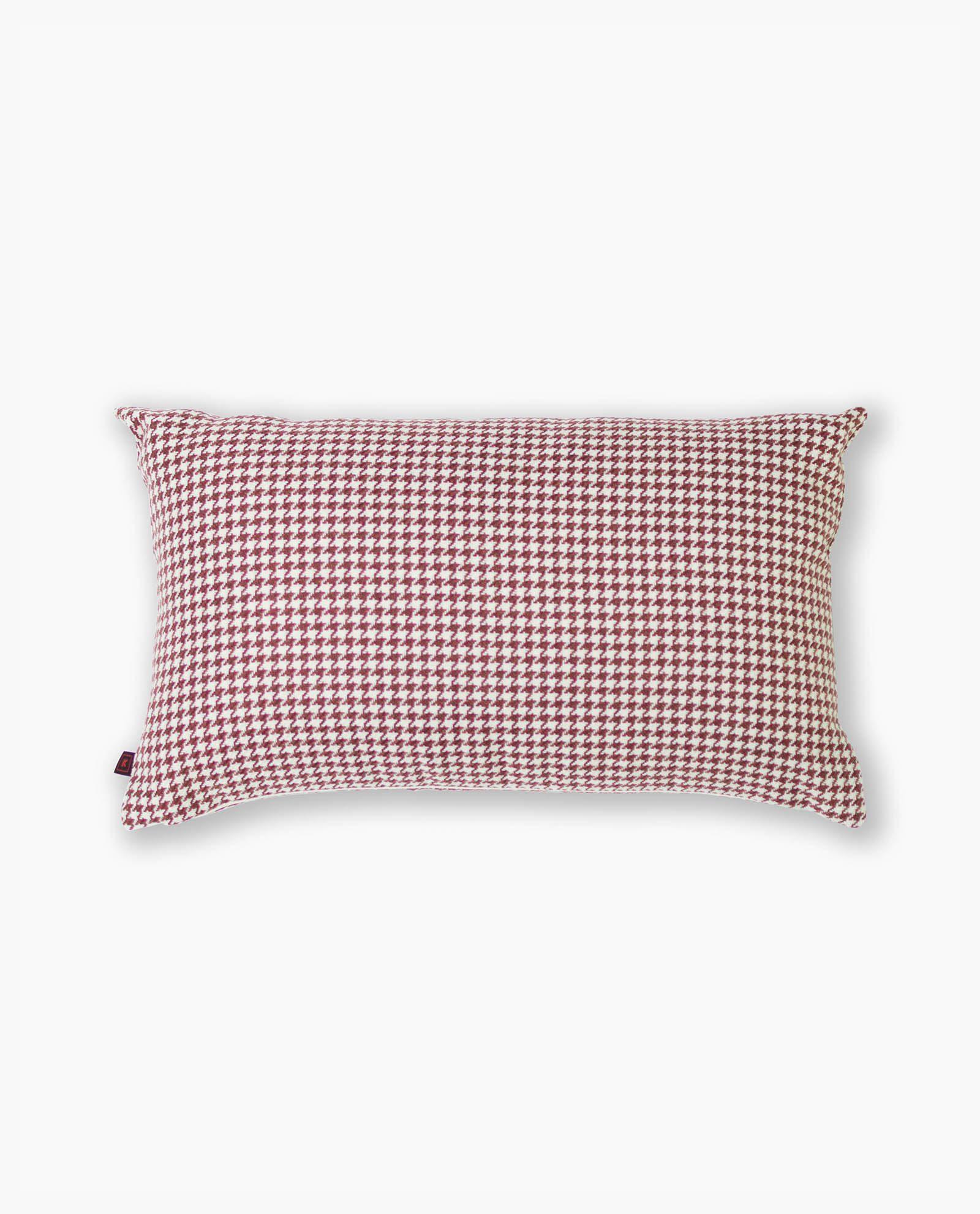 almofada com padrão vermelho