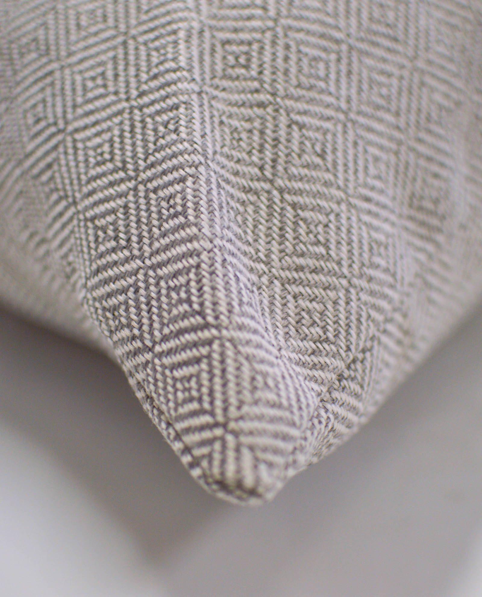 almofada com padrão cinza