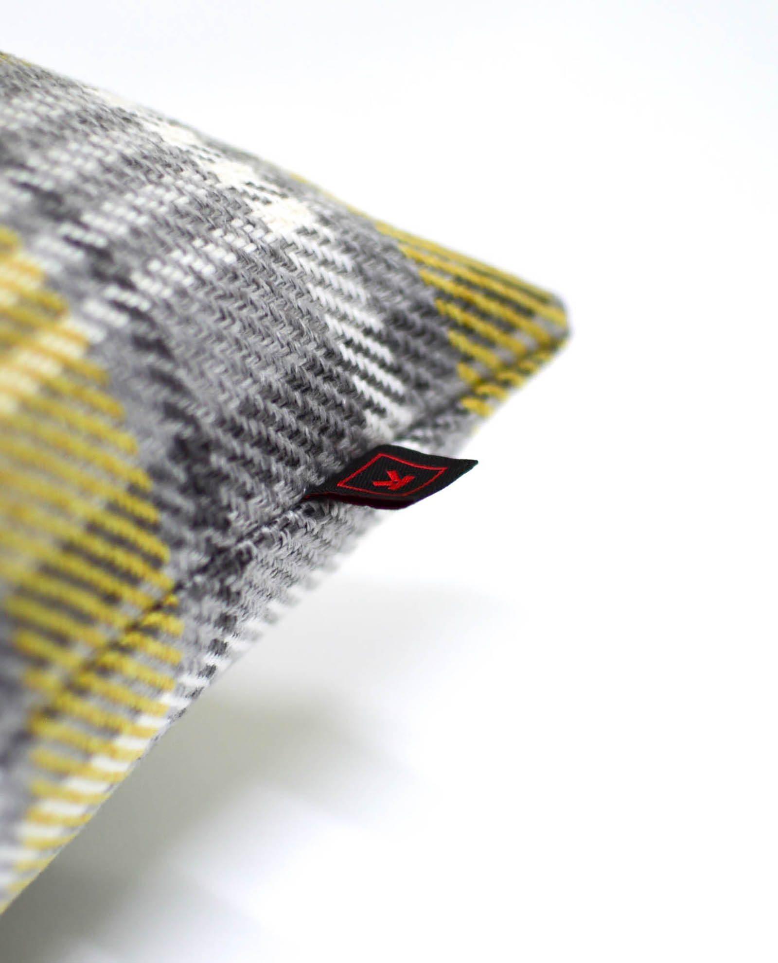almofada decorativa em padrão amarelo