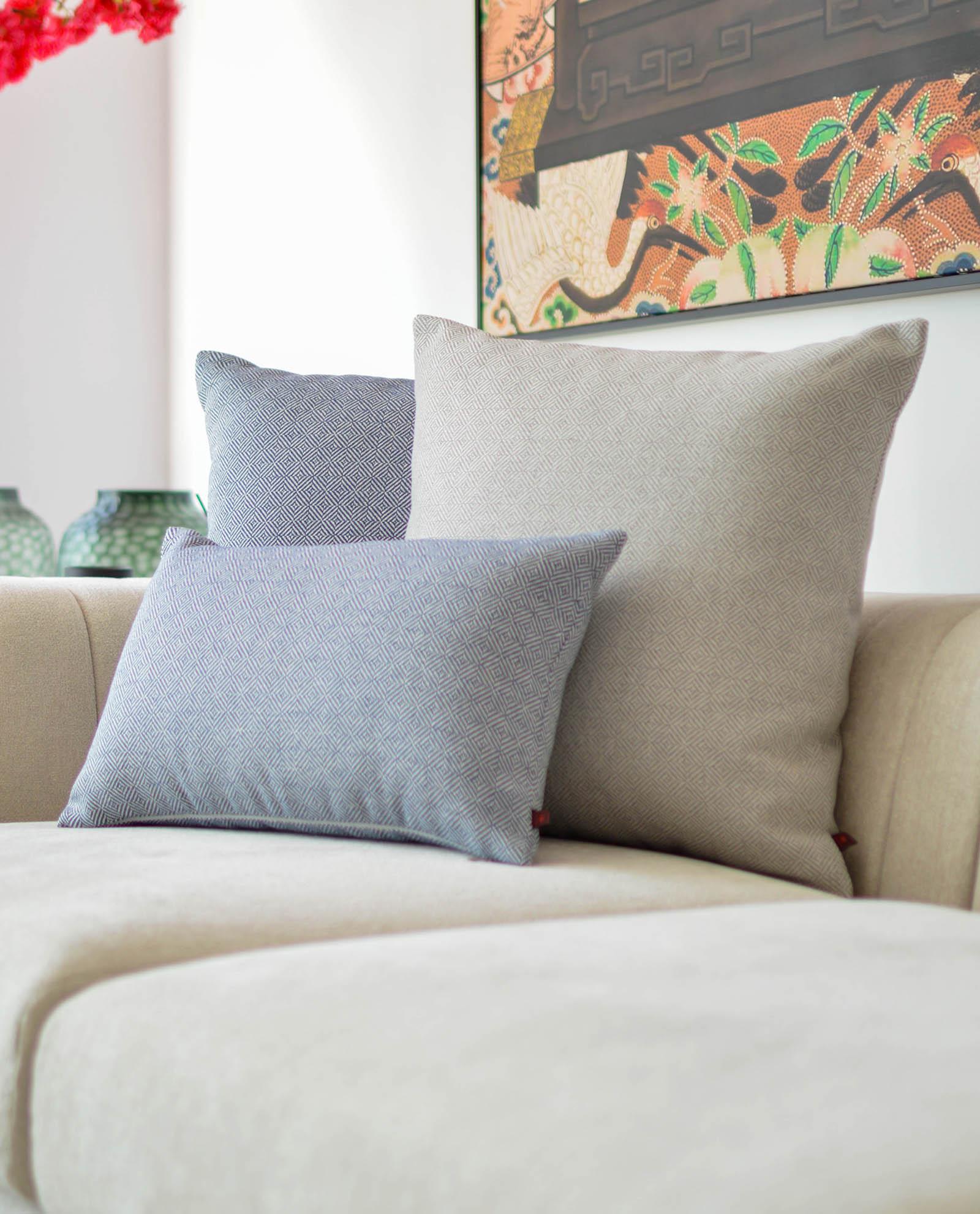 almofada padrão em cinza
